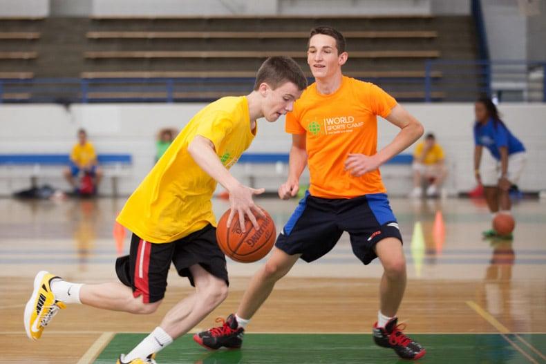 Campamento de baloncesto en verano