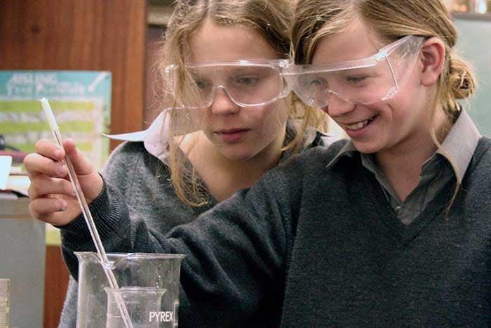 Estudiantes en laboratorio en colegio de Irlanda
